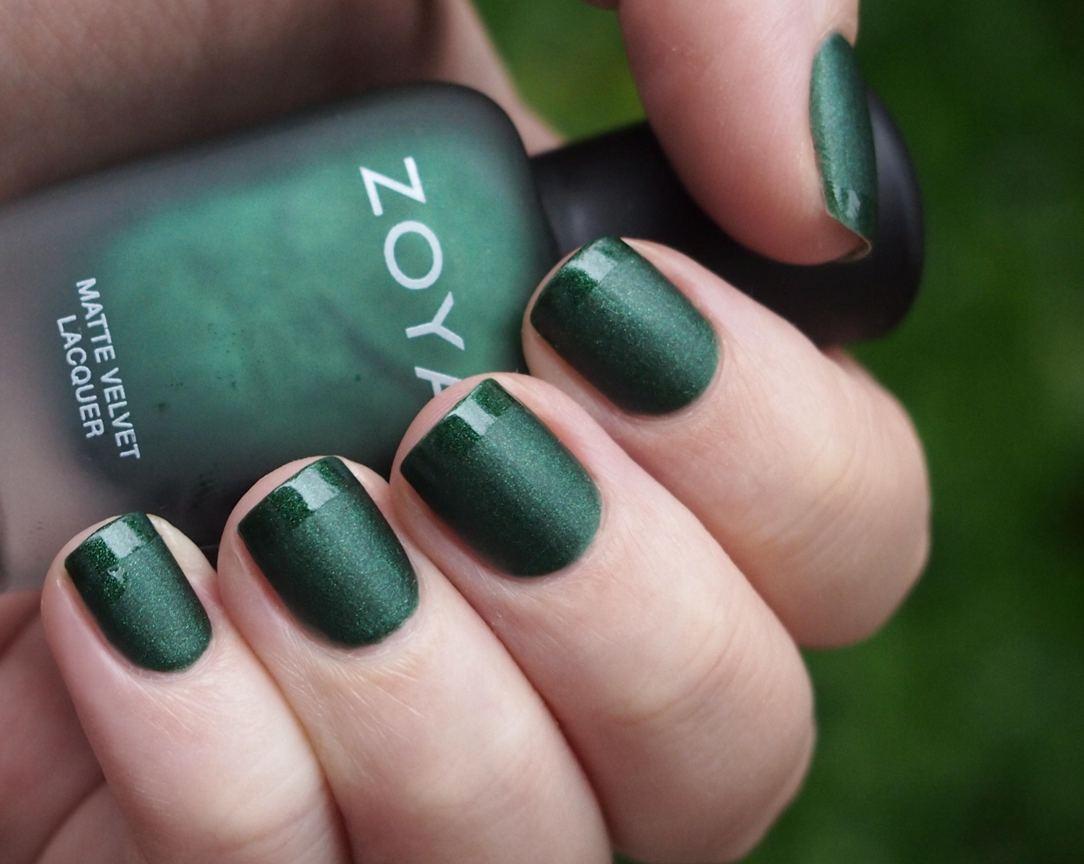 Зеленый маникюр матовый на короткие ногти