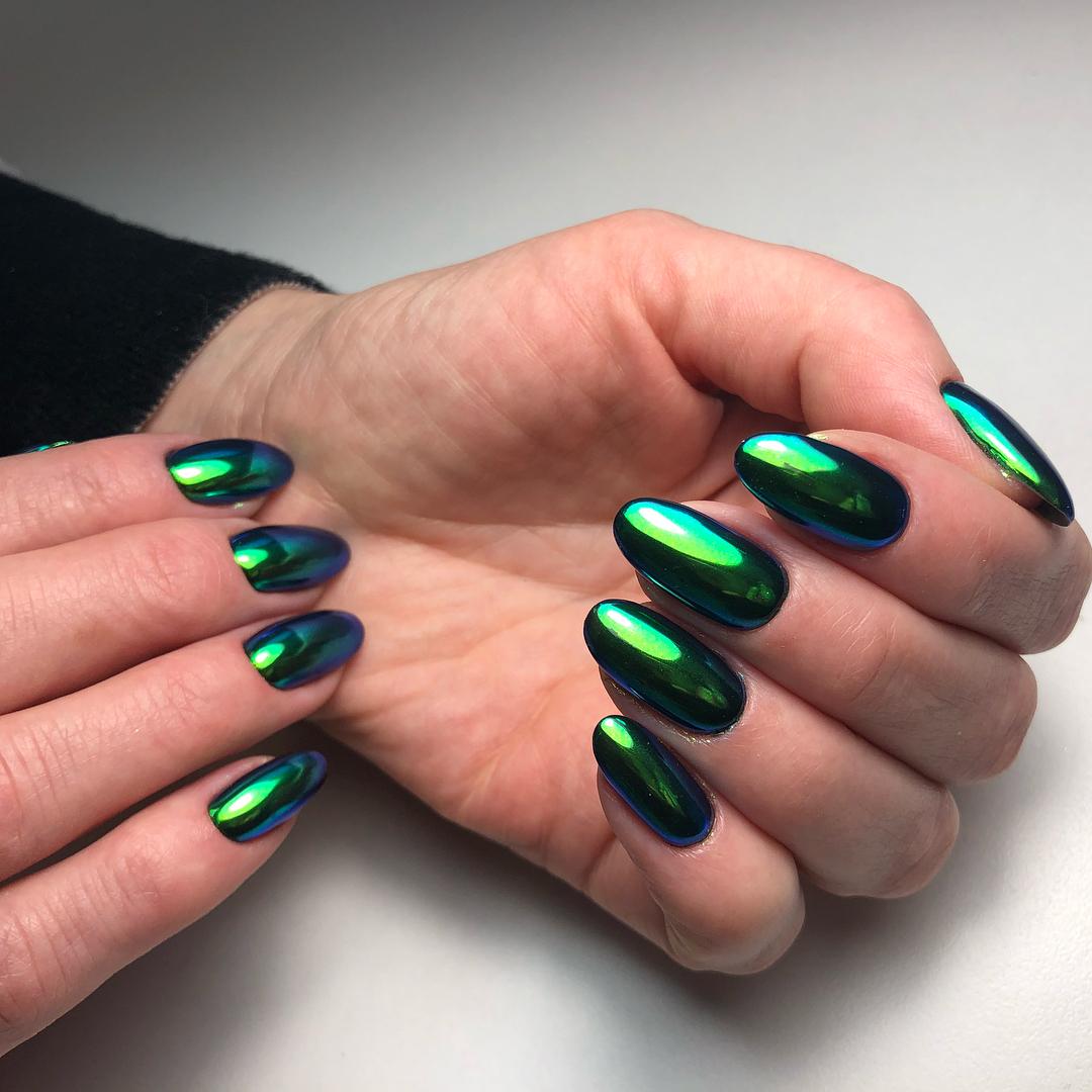Зеленый маникюр металлик