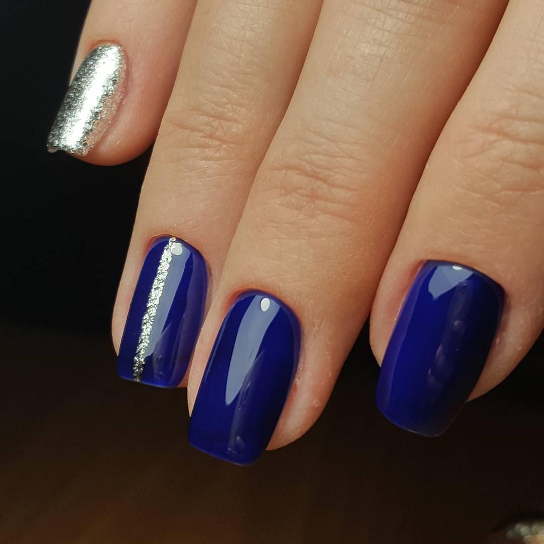 Синий маникюр минималистичный