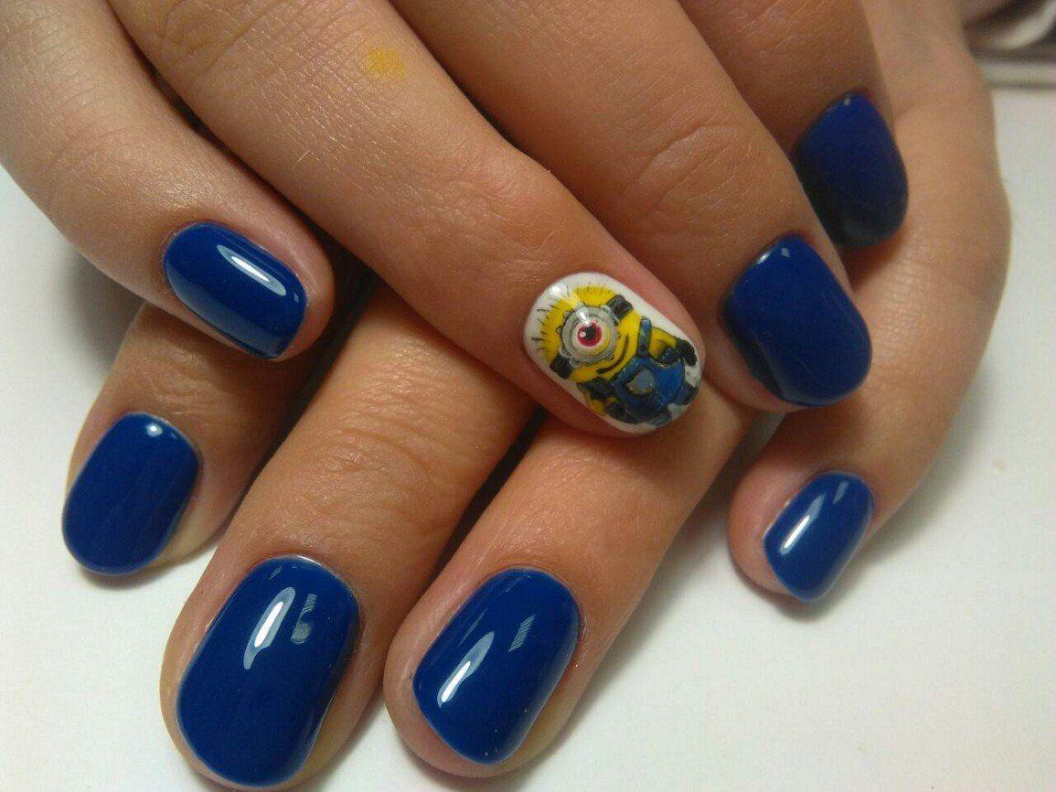 Синий маникюр с миньоном