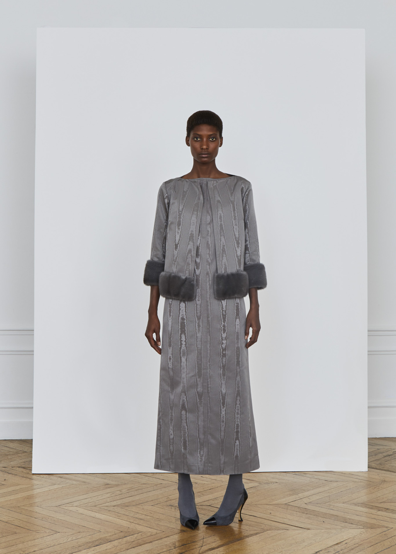 Серое платье модное
