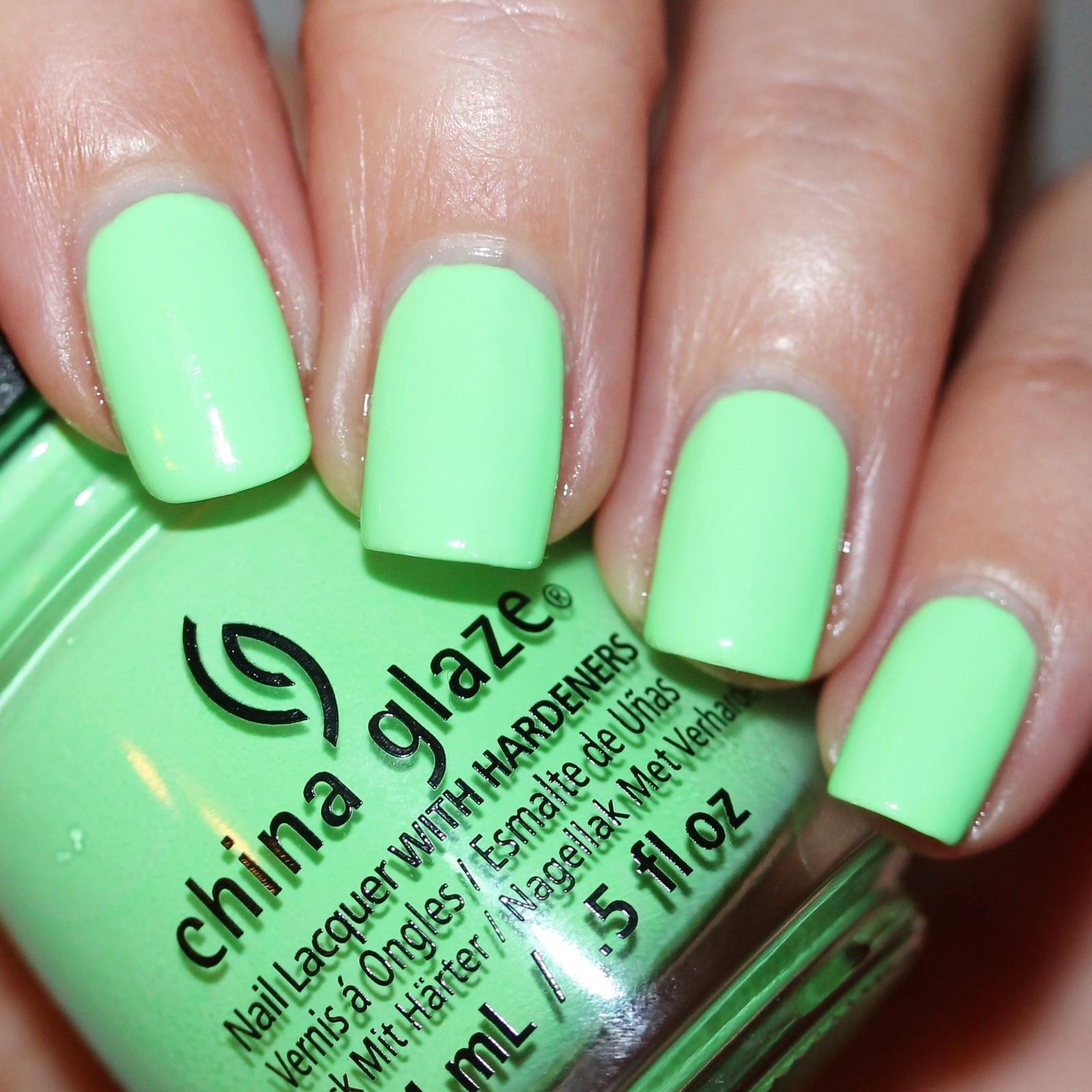 Зеленый маникюр неоновый