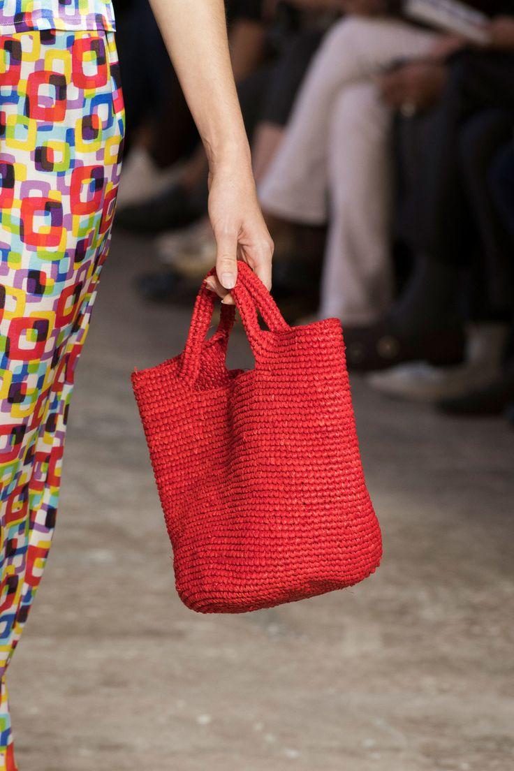 Вязаная сумка красная однотонная