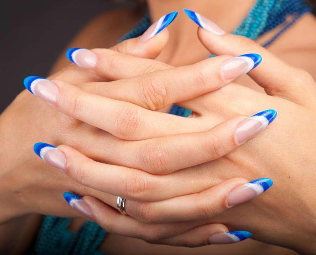 Синий маникюр полосатый френч