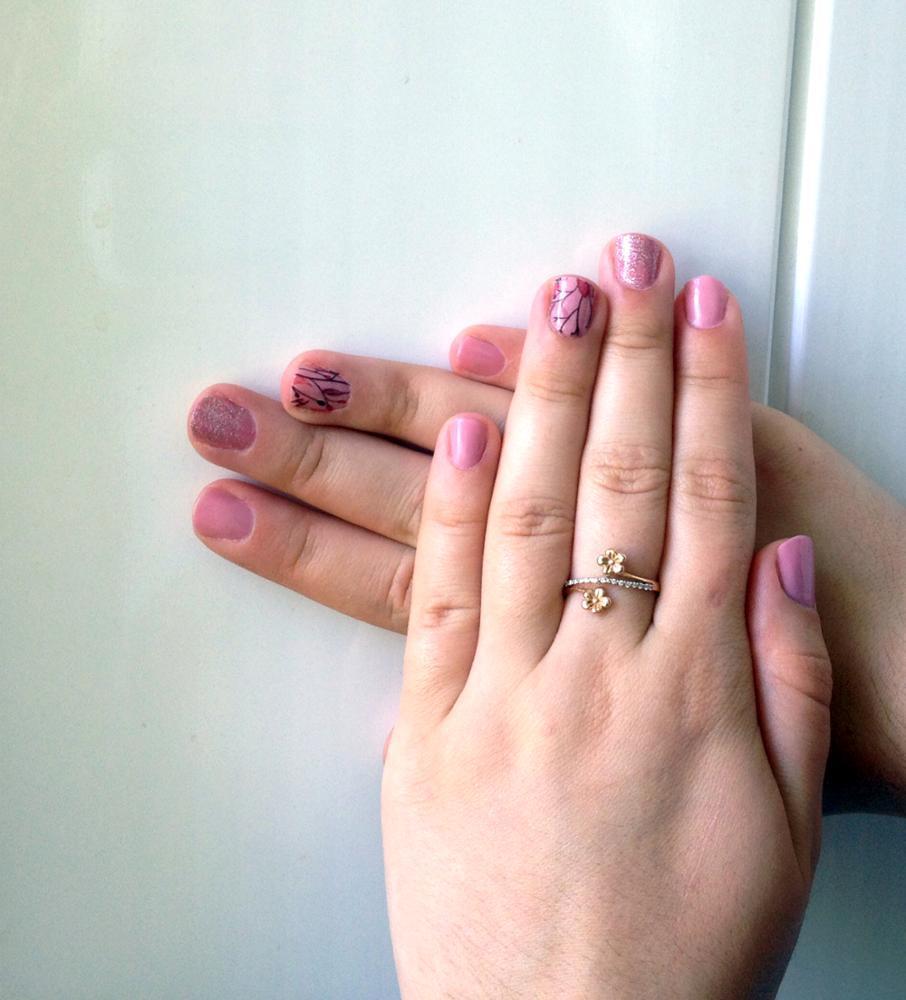 Маникюр с наклейками розовый
