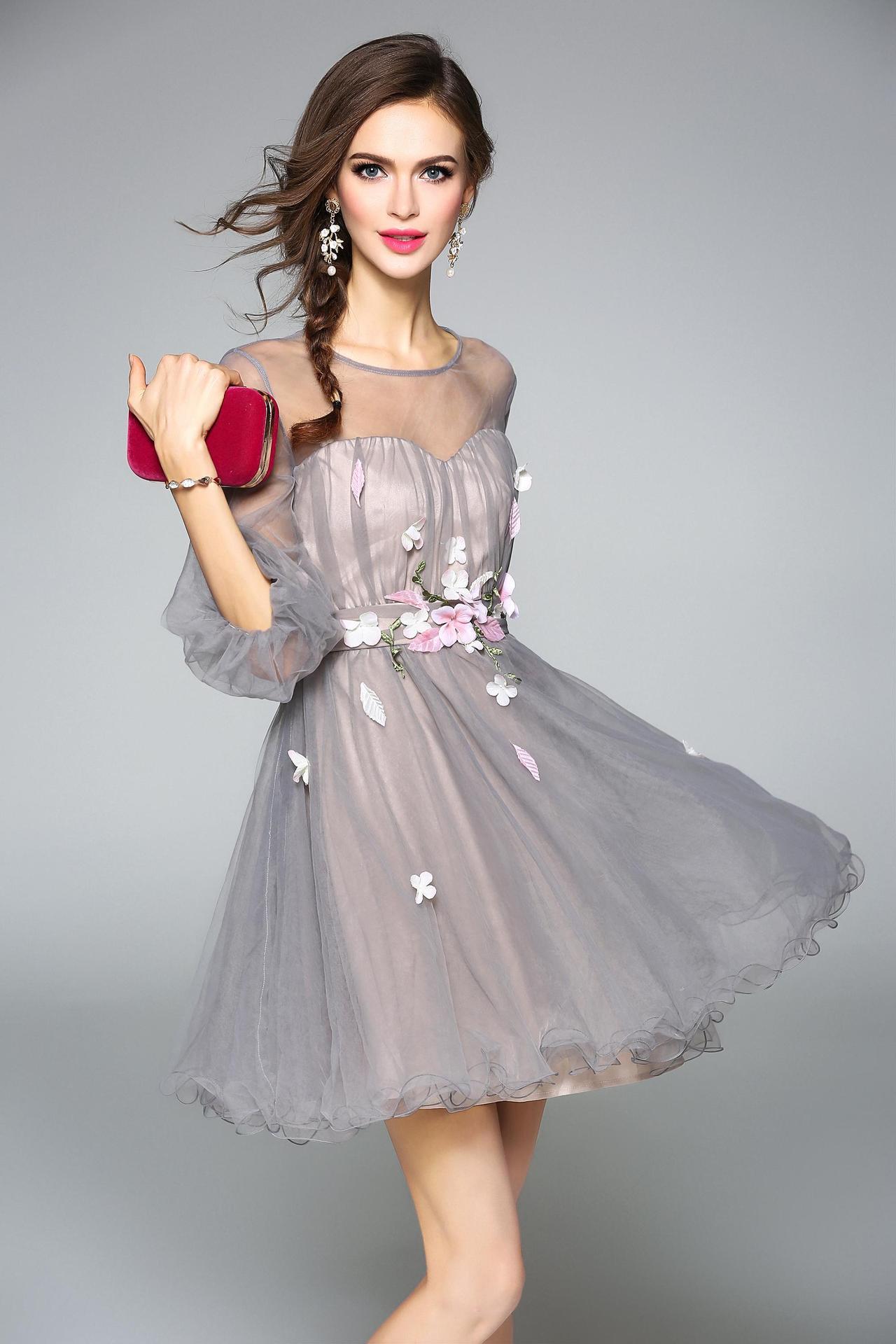 Серое платье с розовыми цветами