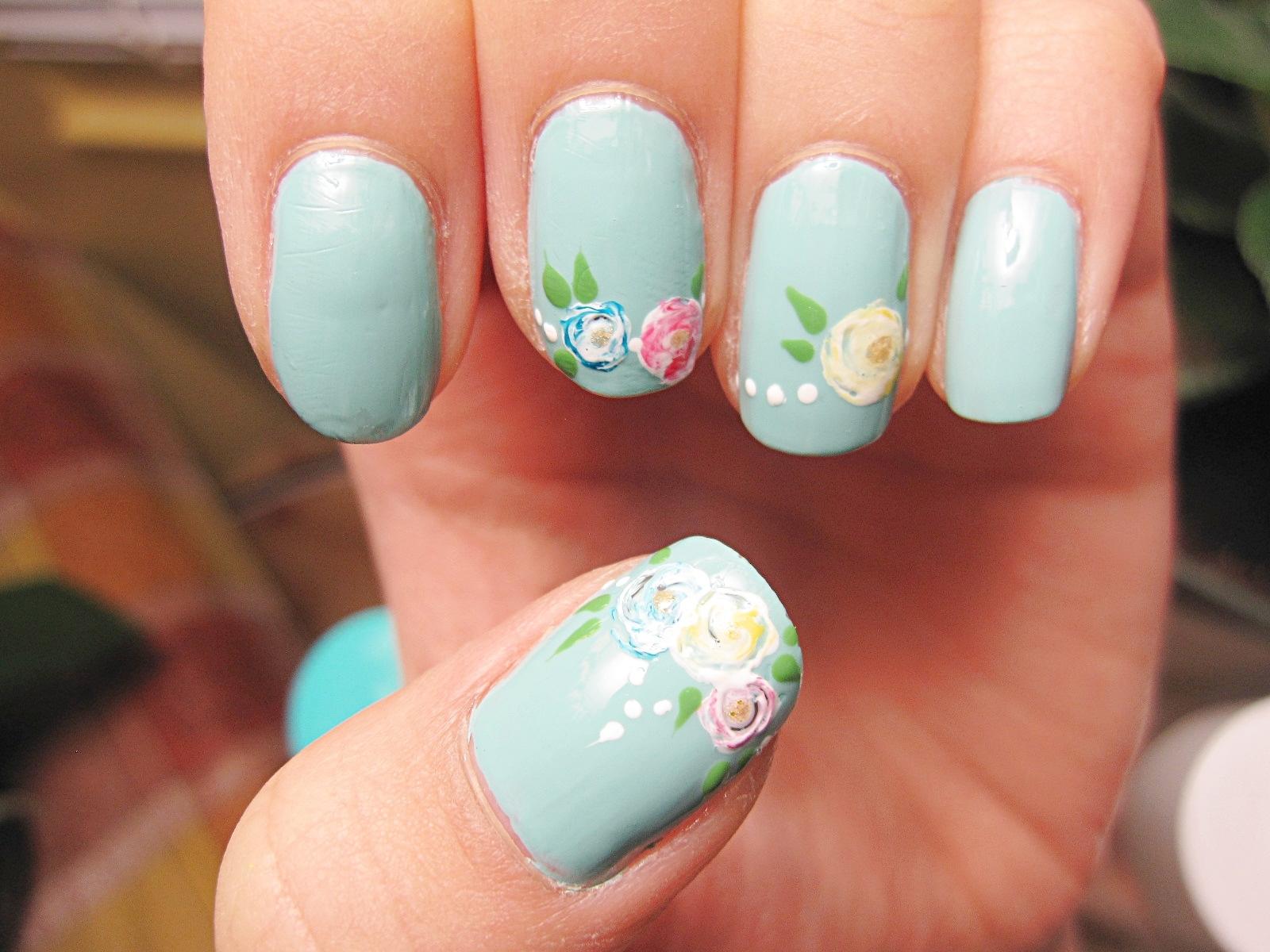 Голубой маникюр с розами