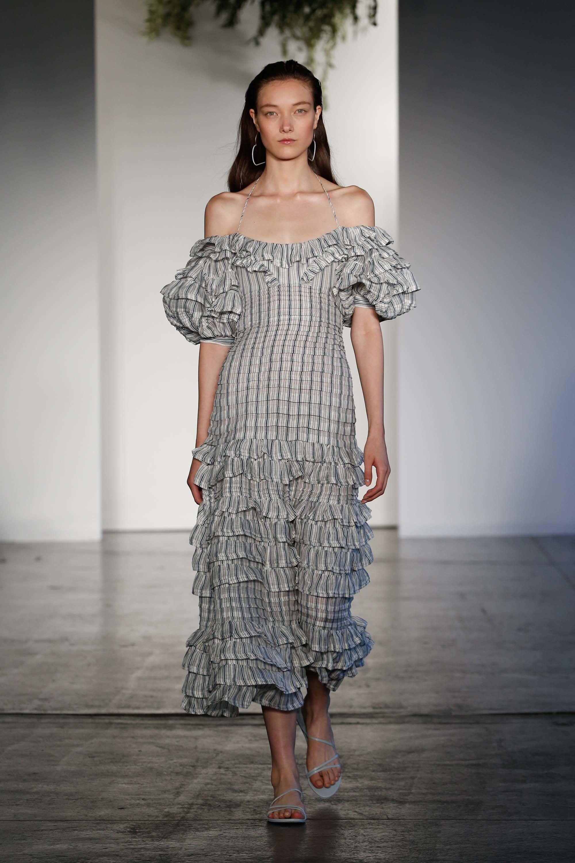 Серое платье с рюшами