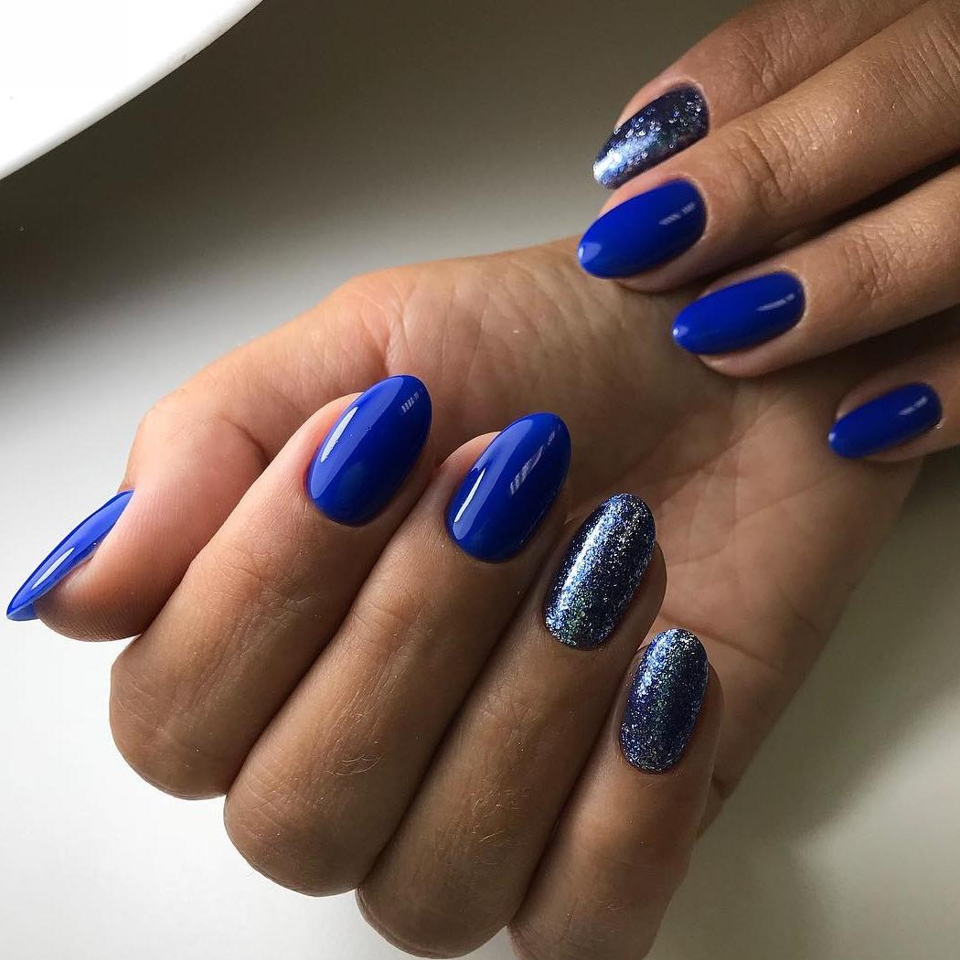 Синий маникюр с серебряной фольгой