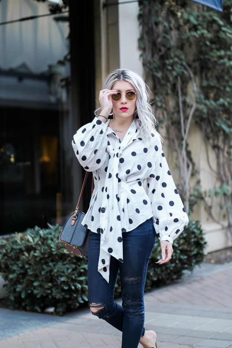 Блузка в горошек с шарфом