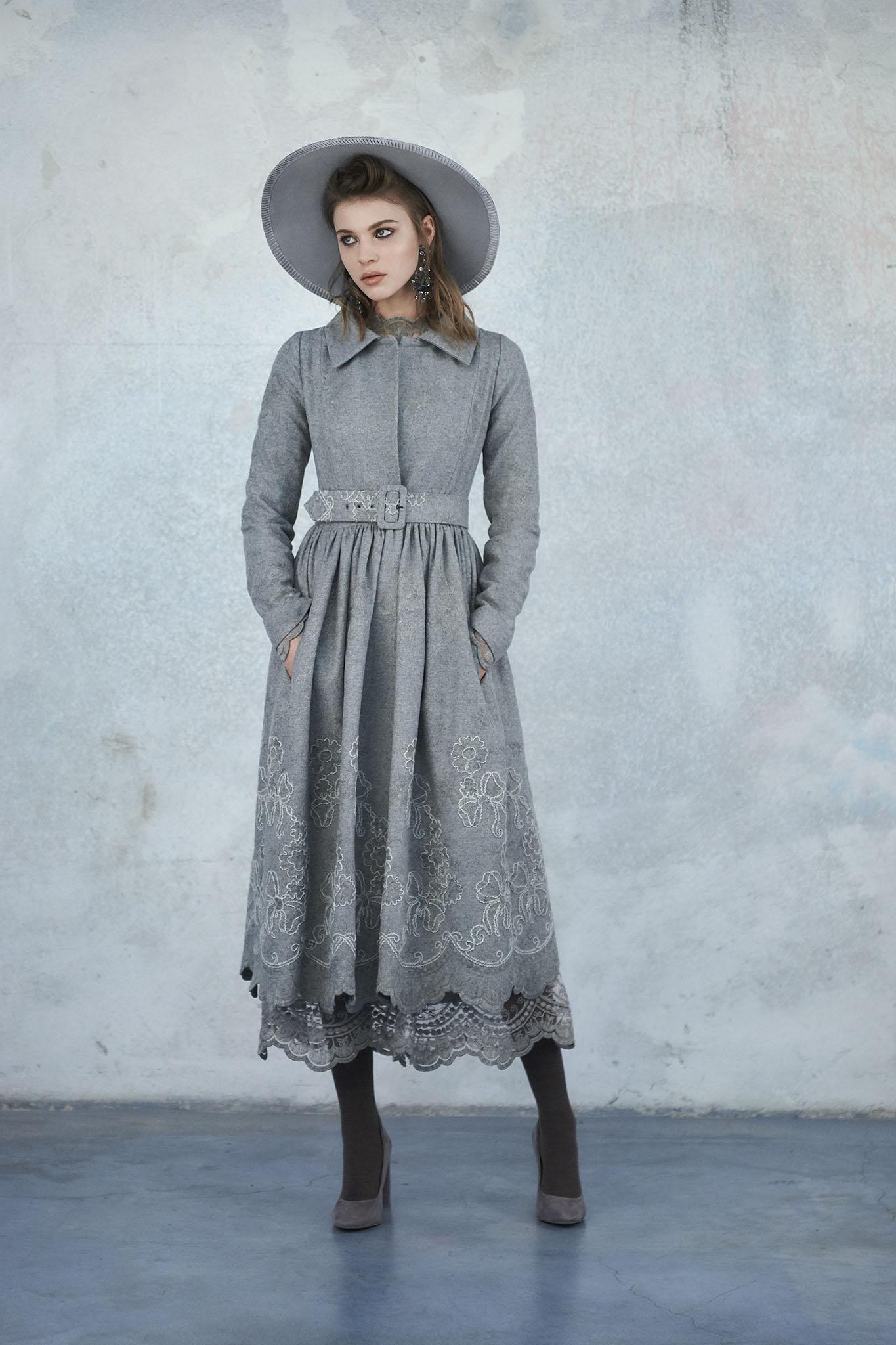 Серое платье шерстяное с кружевом