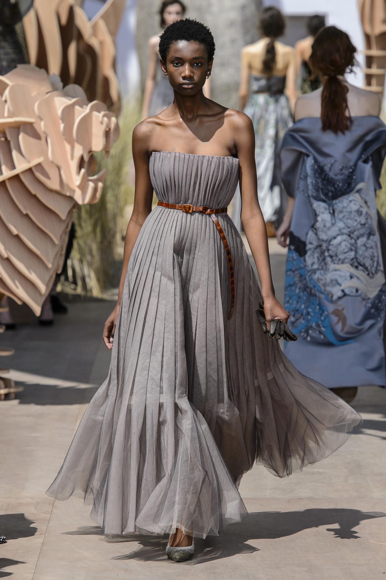 Серое платье свадебное со складками