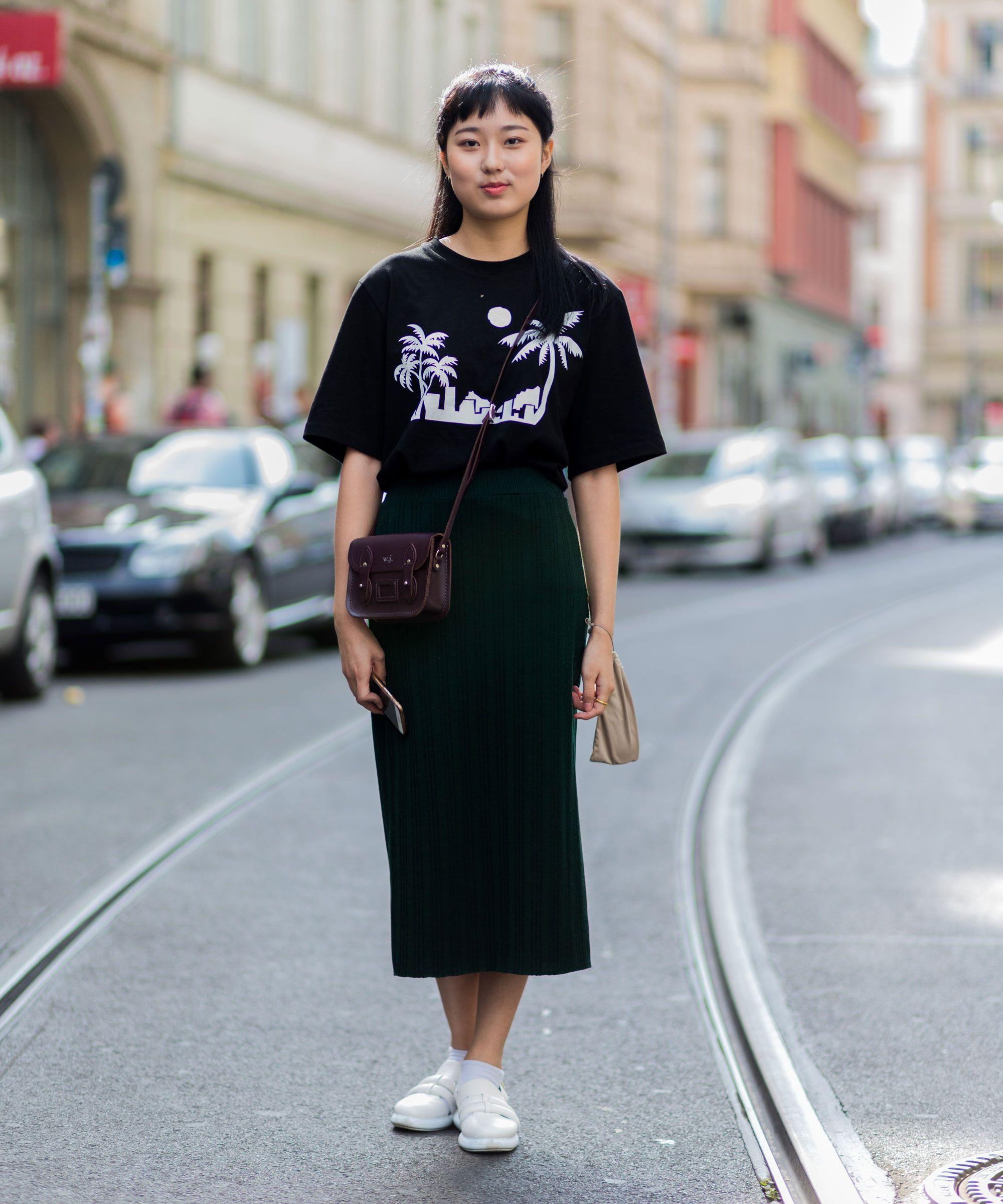 Юбка с футболкой темная