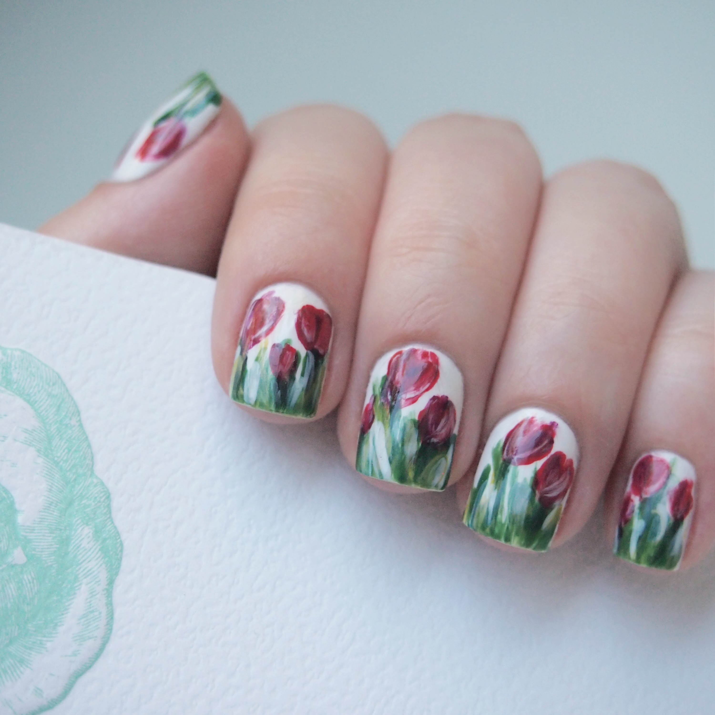 Зеленый маникюр с тюльпанами
