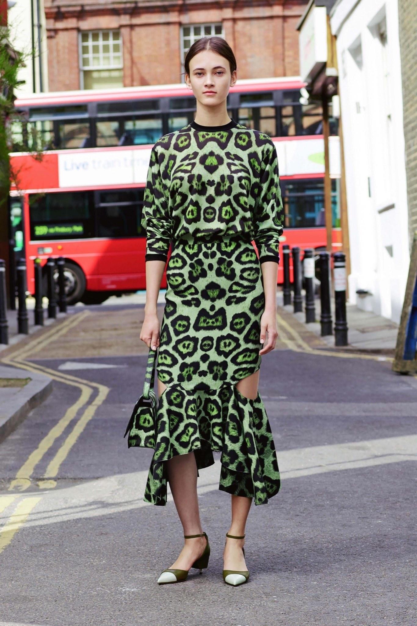 Платье леопардовое зеленое с разрезом