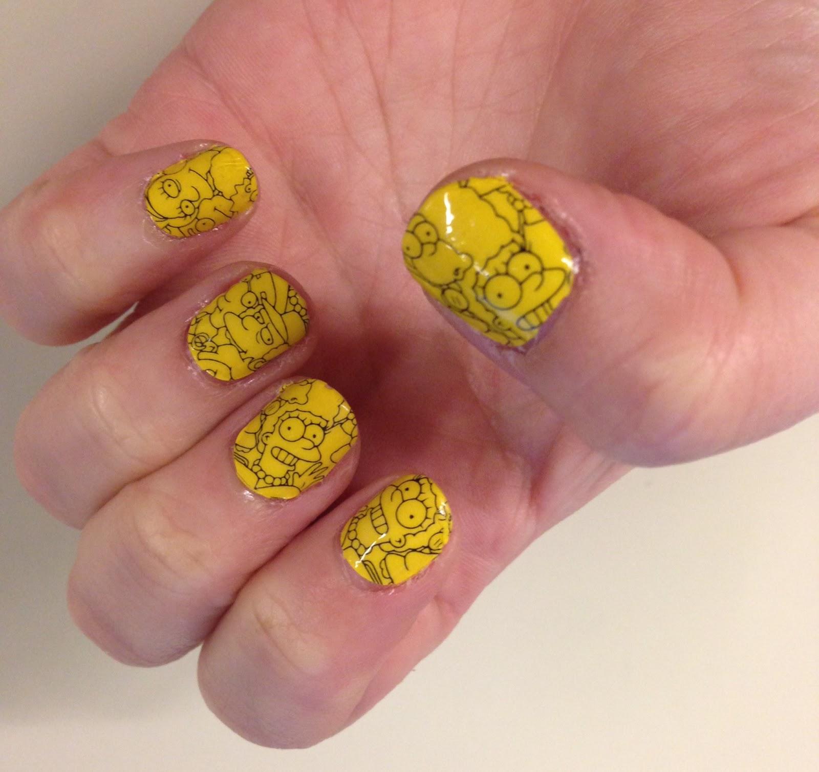 Маникюр с наклейками желтый