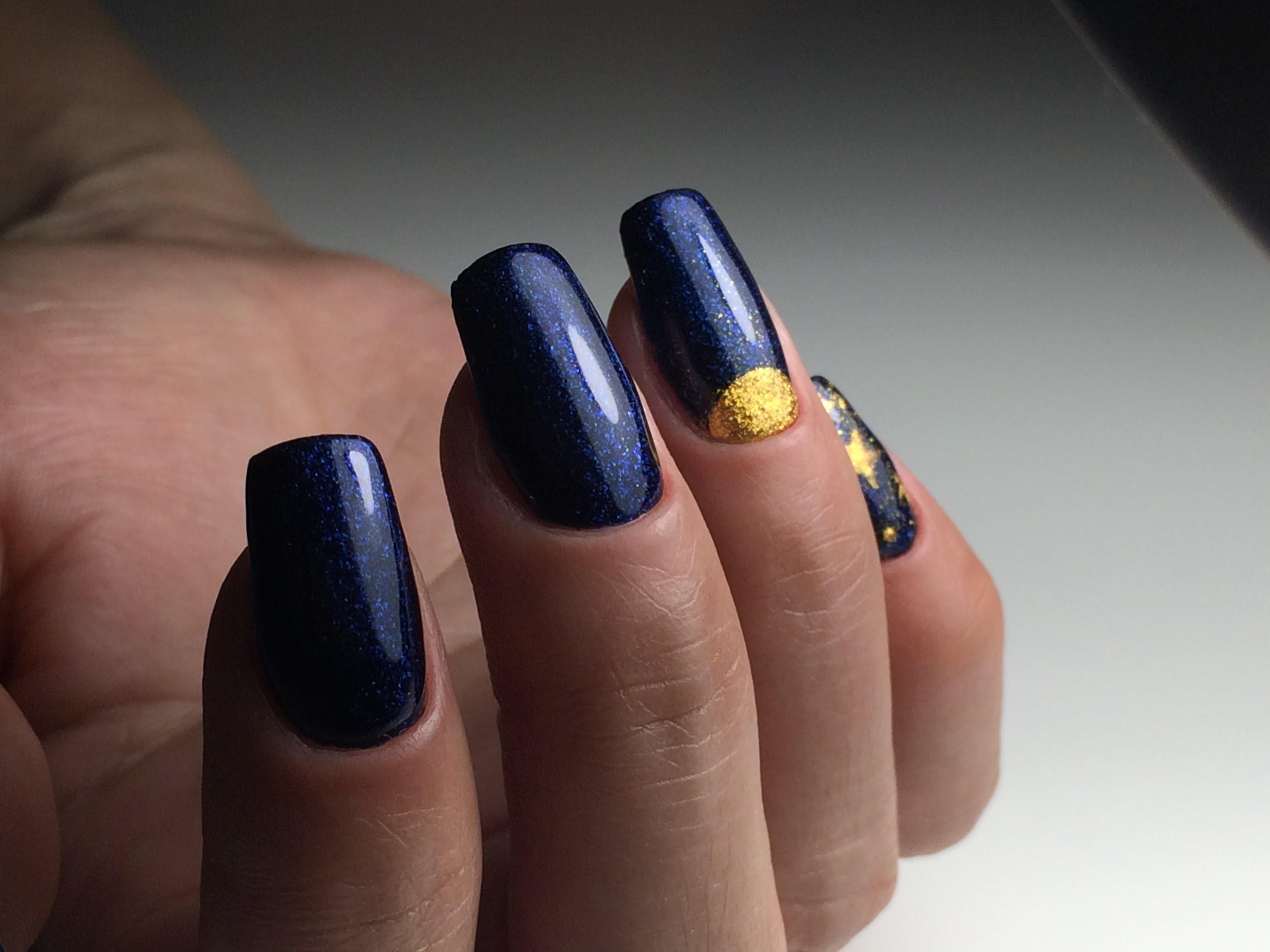Синий маникюр лунный с золотом