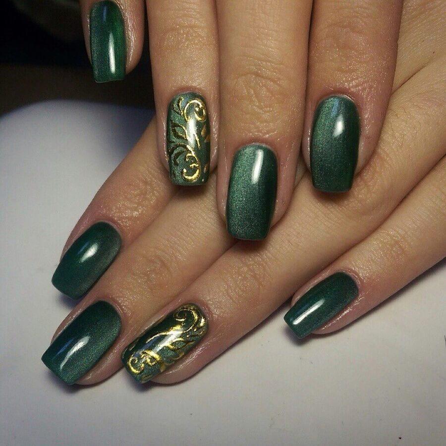 Зеленый маникюр с золотым узором