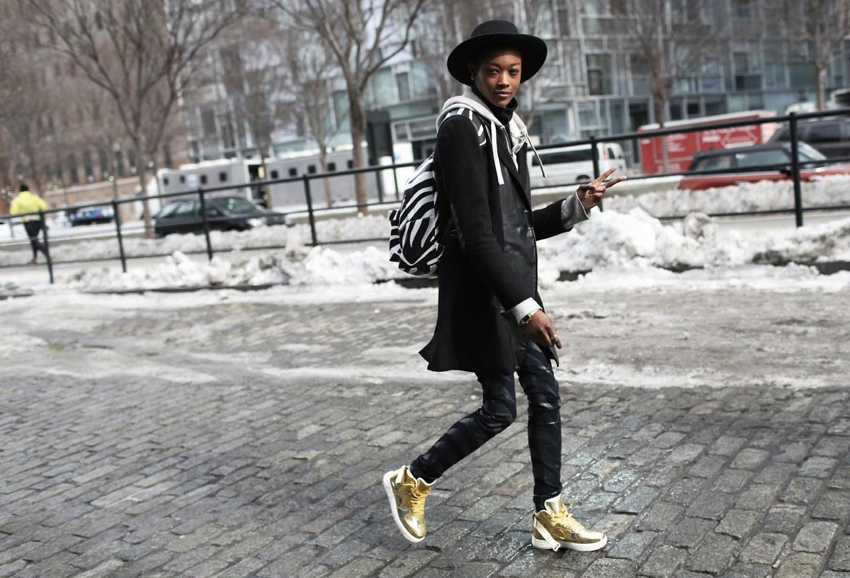 С чем носить кеды золотые высокие