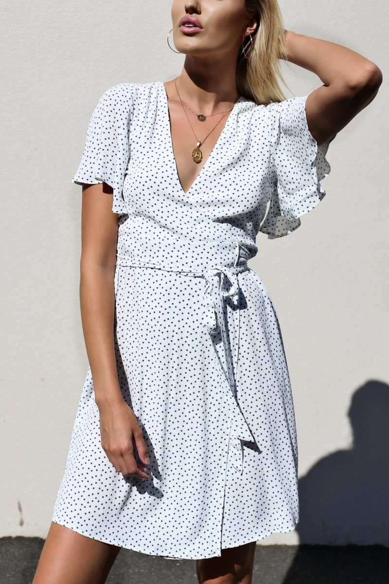 Платье с запахом белое в мелкий принт