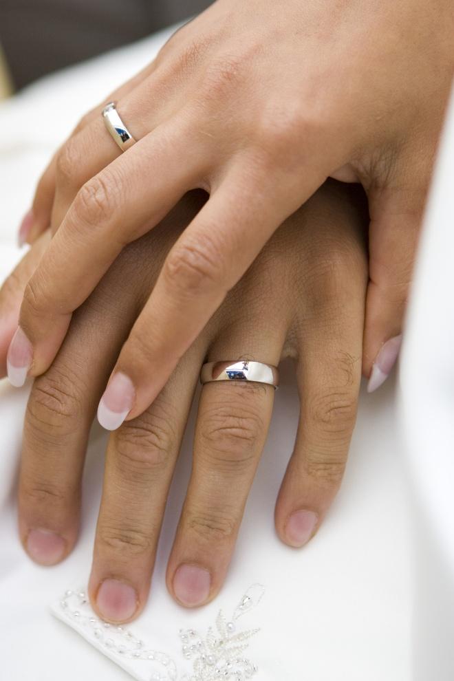 Картинка с обручальными кольцами на руках, открытка