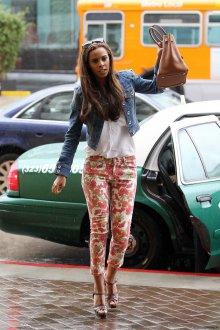 Цветочные брюки с белой рубашкой и коричневыми туфлями