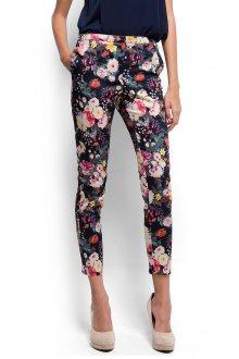 Цветочные брюки с бежевыми туфлями