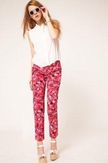 Красные брюки с цветочным принтом с белой блузкой