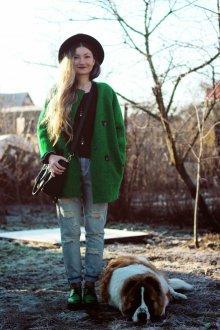 Легкое зеленое пальто с зелеными ботинками