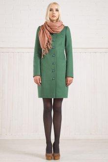 Длинное зеленое пальто с кремовыми туфлями и шарфом