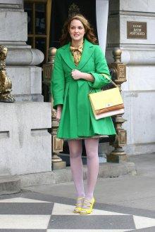 Короткое зеленое пальто с желтыми туфлями и сумкой