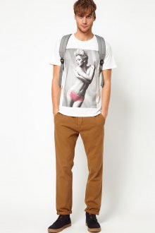 Песочные мужские чиносы с футболкой