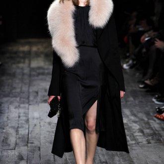 Розовый меховой накладной воротник к черному пальто