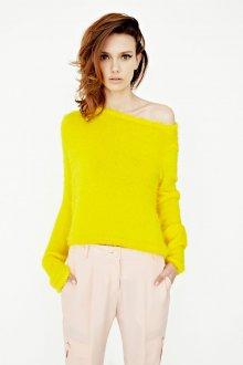 Желтая кофта для цветотипа зима