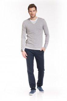 Светло-серый мужской пуловер с вырезом