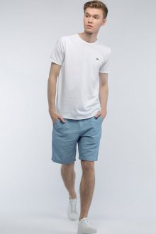 Белая футболка и кеды с синими шортами
