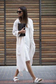 Черный клатч с белой женской одеждой