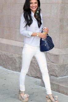 Белые брюки с голубой рубашкой