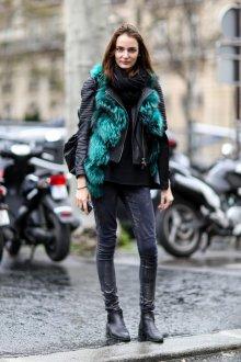Бирюзовый мех на черной куртке