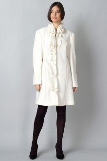 Белое пальто с темными колготами и туфлями
