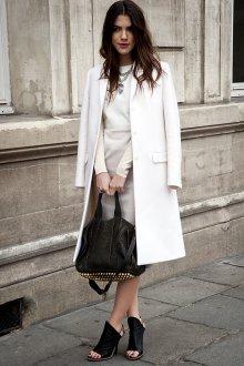 Белое пальто с черными аксессуарами