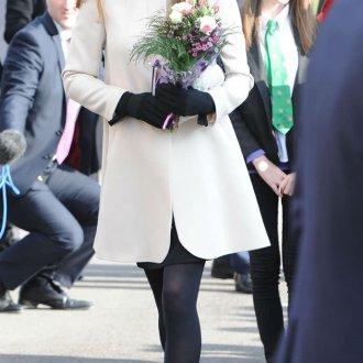 Белое стильное пальто с черными аксессуарами