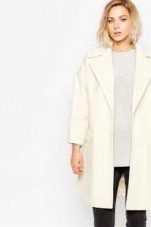 Белое пальто с черными джинсами