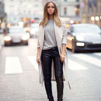 Бежевое пальто с кожаными брюками