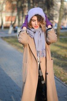 Бежевое пальто с сиреневыми аксессуарами