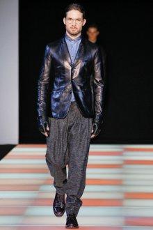 Серые мужские брюки с черной курткой
