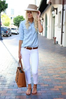 Голубая рубашка с белыми брюками и коричневыми аксессуарами