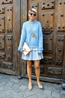 Голубая юбка и кофта с золотыми аксессуарами