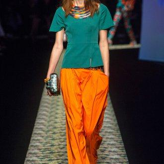 Оранжевые брюки с зеленой блузкой