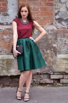 Сочетание бордового и зеленого цветов в одежде